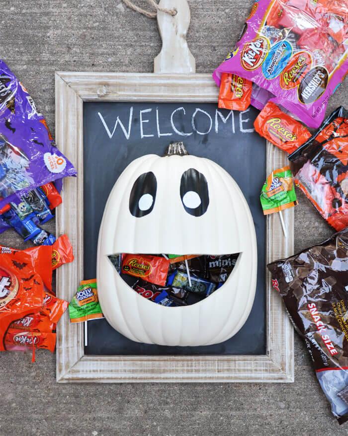 diy halloween decorations - halloween candy door hanger