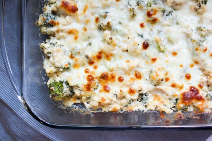 gesunder Keto-Hähnchen-Brokkoli-Auflauf