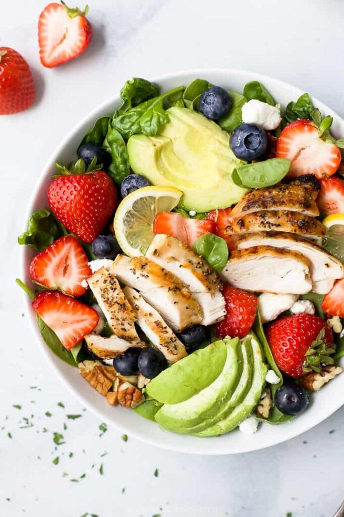 Erdbeer-Avocado-Salat-mit-gegrilltem-Huhn