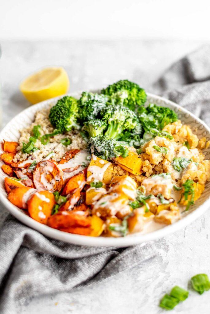 Vegan-gerösteter-Kürbis-Rot-Linsen-Quinoa-Bowl