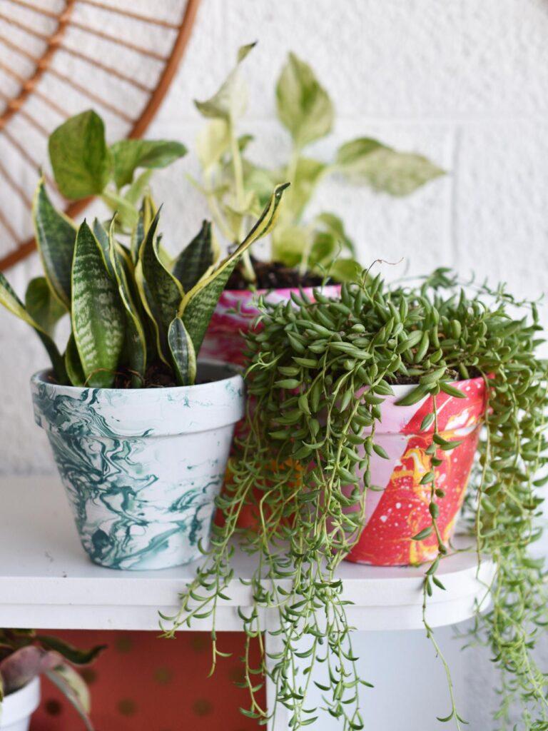 Erwachsene-basteln-muttertag-selbstmachen-marmorierte-pflanzgefäße