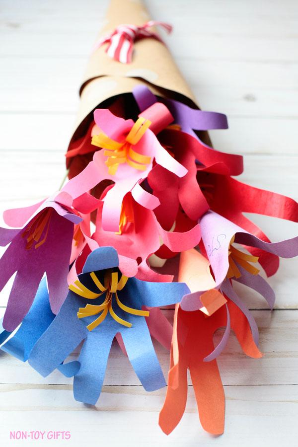 Handabdruck-Blumenstrauß-Muttertag-Bastelarbeiten-für-Kinder